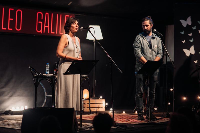 Luz Altamira declamando en sala Galileo Galilei de Madrid